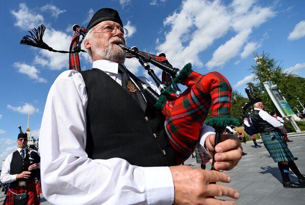 Международный кельтский оркестр волынок и барабанов во время торжественного шествия участников фестиваля Спасская башня на ВДНХ
