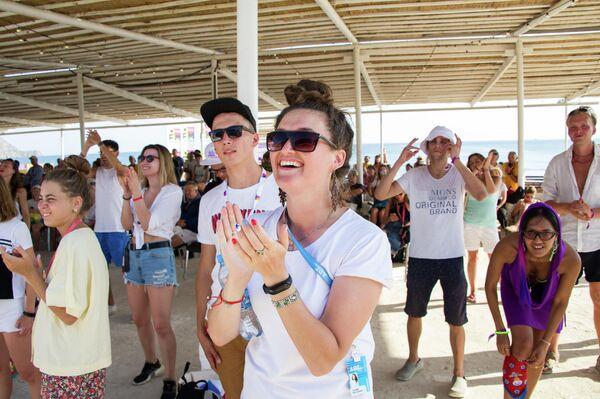 Зрители во время выступления музыкальной группы Guru Groove Foundation  на фестивале творческих сообществ Таврида - АРТ в бухте Капсель в Судаке