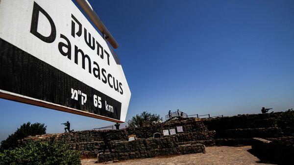 Вид со смотровой площадки на аванпосте израильской армии на горе Бенталь на аннексированных Израилем Голанских высотахв сторону столицы Сирии Дамаска