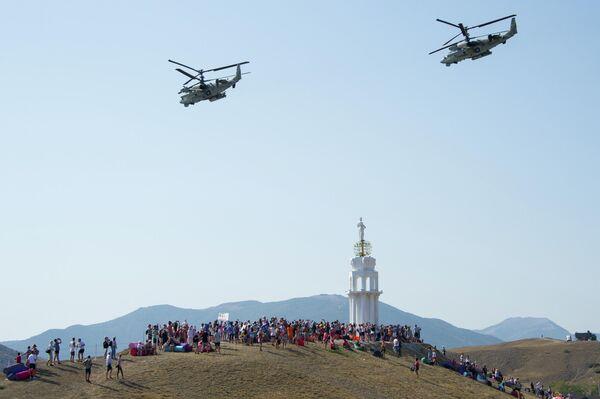 Показательные выступления авиации в небе над площадкой фестиваля творческих сообществ Таврида - АРТ в бухте Капсель в Судаке