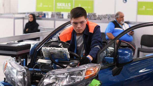 Участник соревнований в компетенции Ремонт и обслуживание легковых автомобилей мирового чемпионата по профессиональному мастерству Worldskills 2019 в Казани