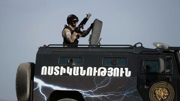 Военный во время учений в Армении