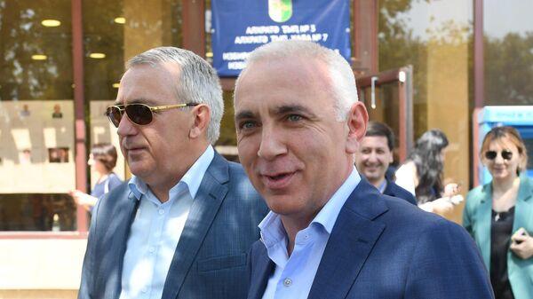 Кандидат в президенты Абхазии Алхас Квициния у избирательного участка после голосования на президентских выборах