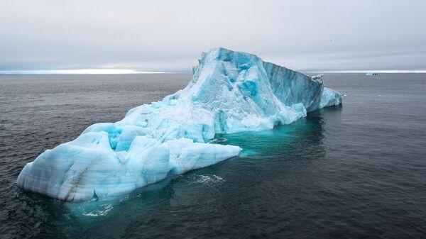 Айсберг в акватории Северного ледовитого океана