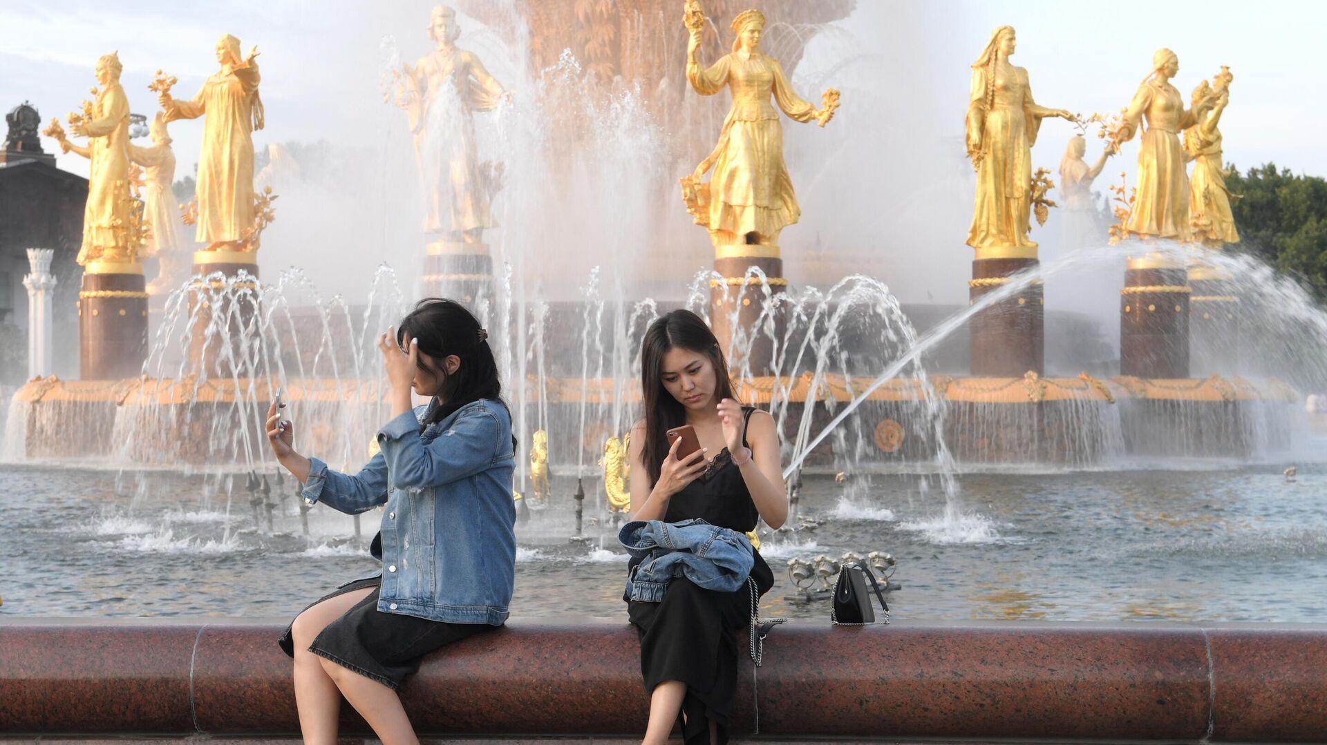 Девушки возле фонтана Дружба народов на ВДНХ  - РИА Новости, 1920, 26.08.2020
