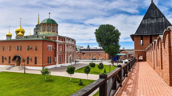 Богоявленский собор Тульского кремля (слева) и башня на Погребу