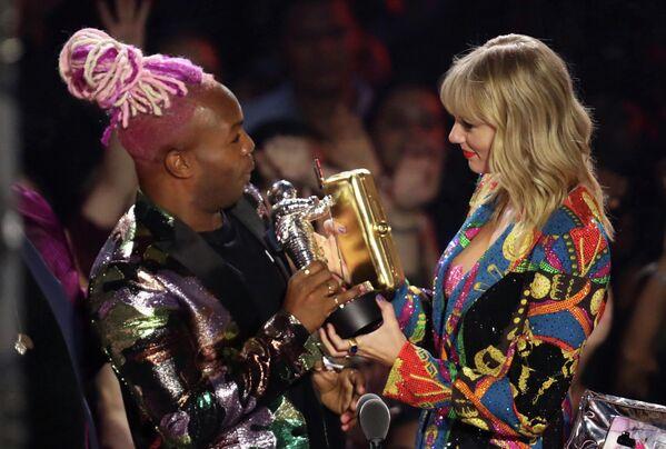 Тодрик Холл и Тейлор Свифт на церемонии вручения премии 2019 MTV Video Music Awards
