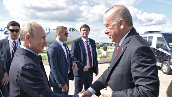 Президент РФ Владимир Путин и президент Турции Реджеп Тайип Эрдоган во время встречи перед посещением Международного авиакосмического салона МАКС-2019