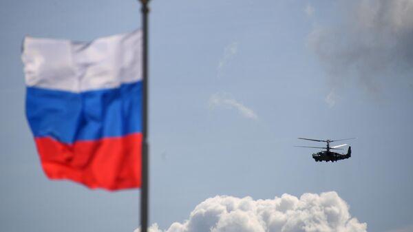 Российский разведывательно-ударный вертолёт Ка-52 Аллигатор выполняет демонстрационный полет на Международном авиационно-космическом салоне МАКС-2019 в подмосковном Жуковском