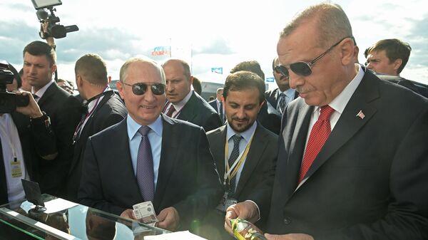 Президент РФ Владимир Путин и президент Турции Реджеп Тайип Эрдоган покупают мороженое во время посещения Международного авиакосмического салона МАКС-2019