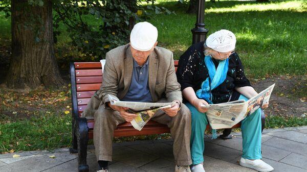 Пожилая пара в Грачевском парке Москвы