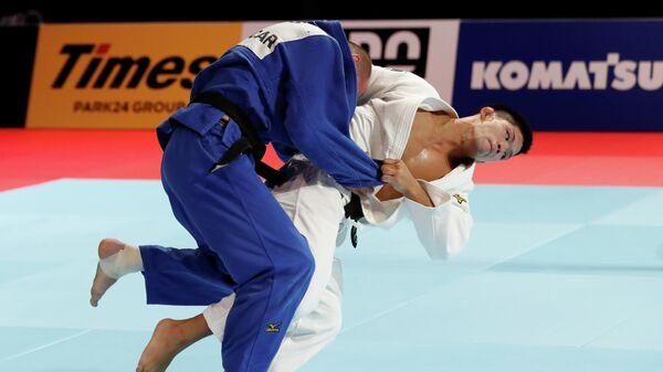 Денис Ярцев во время схватки на чемпионате мира по дзюдо с Сехэя Оно