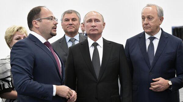 Президент РФ Владимир Путин во время посещения нового международного аэропорта Гагарин в Саратовской области