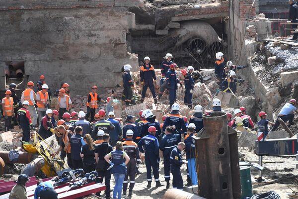 Сотрудники МЧС РФ и спасатели муниципальной аварийно-спасательной службы Новосибирска разбирают перекрытия, рухнувшие в строящемся здании в Новосибирске