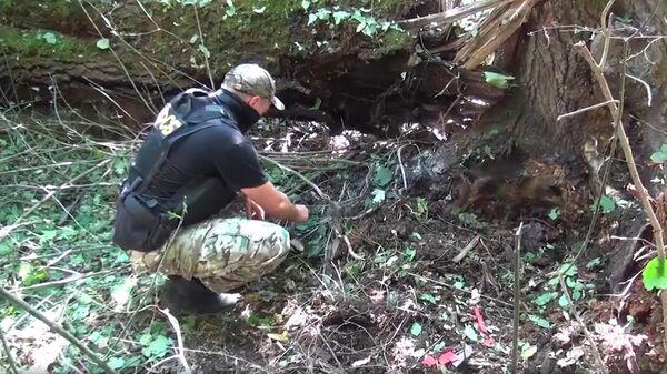 Сотрудник ФСБ РФ на месте обнаружения тайника со взрывными устройствами в Кабардино-Балкарии