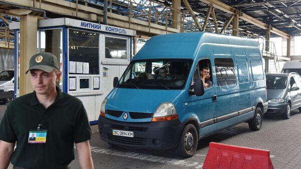 Автомобили на контрольно-пропускном пункте Краковец-Корчова на Украине