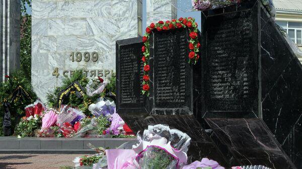 Памятник жертвам теракта в Буйнакске