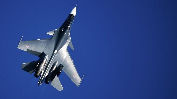 Истребитель Су-30СМ ВМФ России выполняет полет на Международном авиационно-космическом салоне МАКС-2019