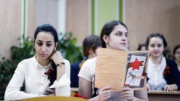 Ученицы во время Всероссийского единого урока Победы