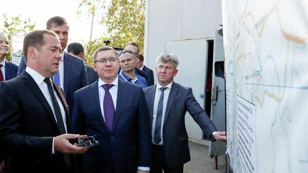 Председатель правительства РФ Дмитрий Медведев во время посещения комплексных очистных сооружений МУП Астрводоканал.  30 августа 2019