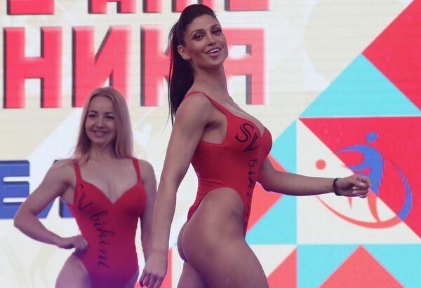 Девушки принимают участие в соревнованиях по бодифитнесу в рамках Дня физкультурника в Москве