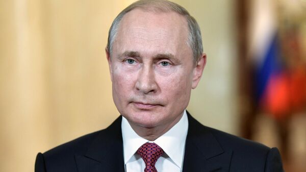 Владимир Путин во время обращения с приветствием к участникам и гостям Первого Дрезденского оперного бала в Санкт-Петербурге