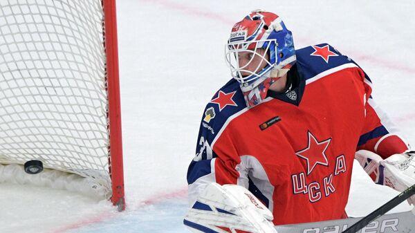 Вратарь ЦСКА Ларс Юханссон пропускает шайбу в свои ворот