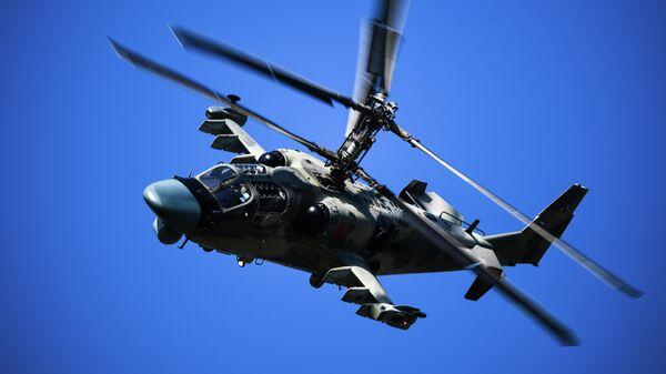 Вертолет Ка-52 выполняет полет на Международном авиационно-космическом салоне МАКС-2019 в подмосковном Жуковском
