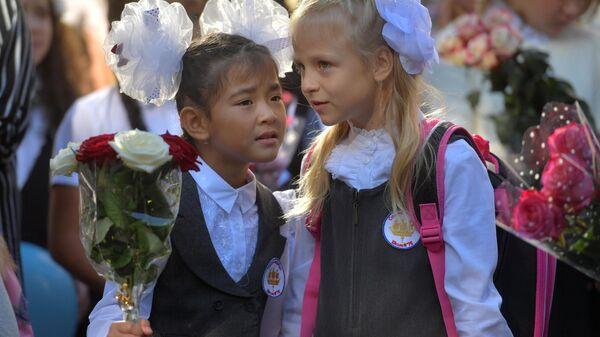 Ученицы общеобразовательной школы №76 Выборгского района Санкт-Петербурга во время торжественной линейки, посвященной Дню знаний