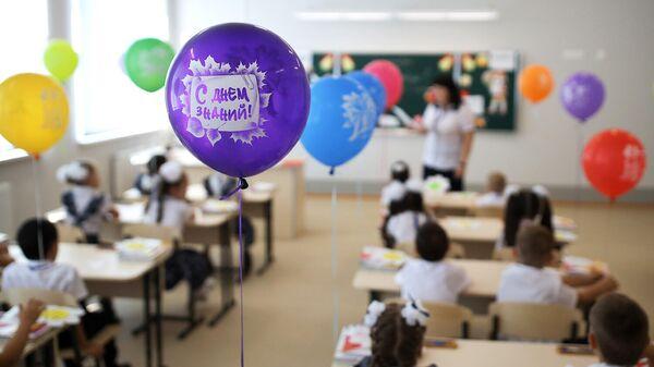 Первоклассники на праздновании Дня знаний в классе средней общеобразовательной школы
