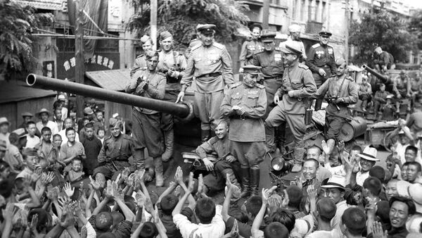 Население китайского города Далянь (Дальний) встречает советских танкистов. Маньчжурская операция. Великая Отечественная война 1941-1945 г.г.