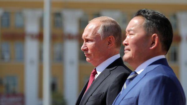Президент РФ Владимир Путин и президент Монголии Халтмагийн Баттулга на церемонии официальной встречи у Государственного дворца в Улан-Баторе