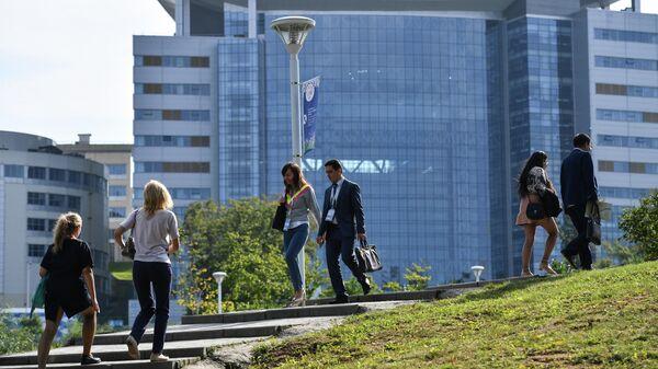 Участники V Восточного экономического форума в кампусе ДВФУ на острове Русский во Владивостоке