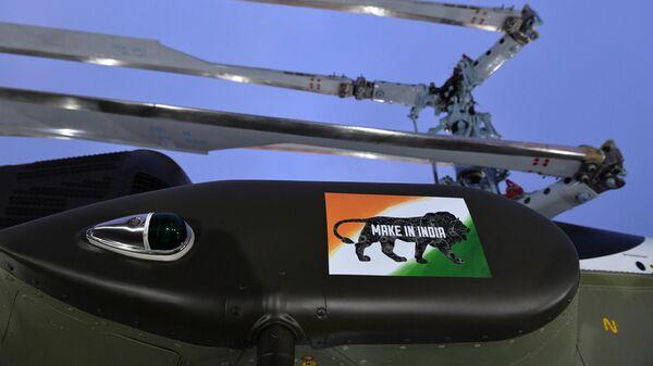 Наклейка с надписью Make in India на вертолете Ка-226Т, представленном компанией Вертолеты России на V Восточном экономическом форуме