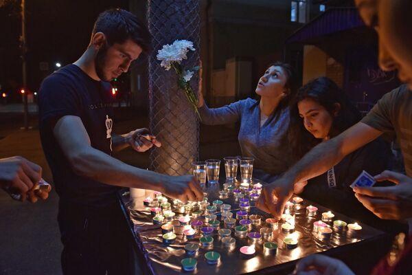 Студенты Северо-Осетинского государственного университета имени К.Л. Хетагурова (СОГУ) зажигают свечи во время траурных мероприятий по жертвам теракта в школе Беслана, посвященных 15-й годовщине теракта 1-3 сентября 2004 года, во Владикавказе