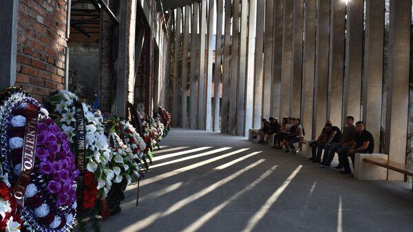 Жители в помещении бывшей 1-й Бесланской школы, где проходят траурные мероприятия, посвященные 15-й годовщине теракта 1-3 сентября 2004 года
