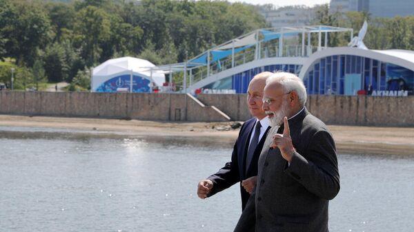 Президент РФ Владимир Путин и премьер-министр Индии Нарендра Моди (справа) во время встречи на острове Русский