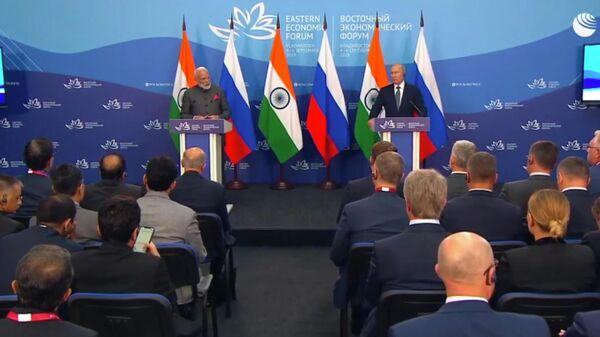 Президент РФ Владимир Путин и премьер-министр Индии Нарендра Моди во время совместной пресс-конференции