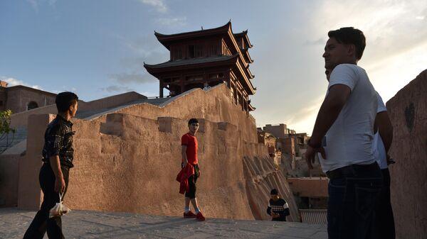 Люди в районе старого города Кашгар в китайском регионе Синьцзян