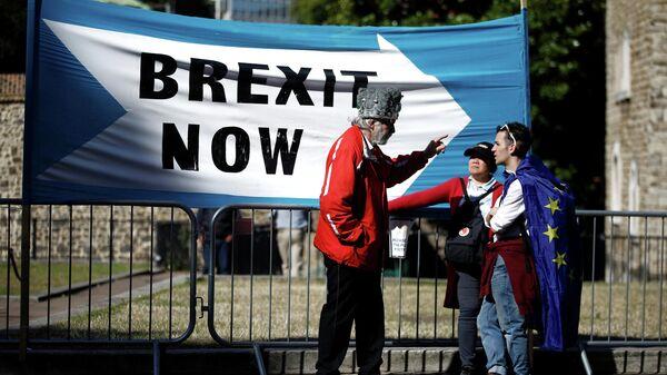 Сторонник Brexit беседует с его противниками в Лондоне. 2 сентября 2019