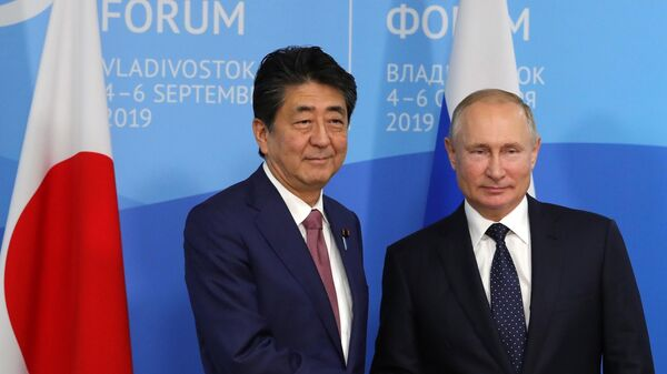 Президент России Владимир Путин и премьер-министр Японии Синдзо Абэ во время встречи на полях Восточного экономического форума — 2019