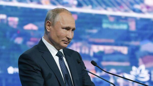Президент РФ Владимир Путин выступает на пленарном заседании на V Восточном экономическом форуме