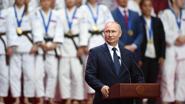 Президент РФ Владимир Путин на церемонии награждения призеров III Международного турнира по дзюдо имени Дзигоро Кано среди юношей и девушек до 18 лет в рамках V Восточного экономического форума