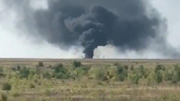 Столб дыма от упавшего вертолета в поселке Соколовый в Саратовской области