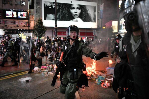Сотрудники полиции на акции протеста в Гонконге