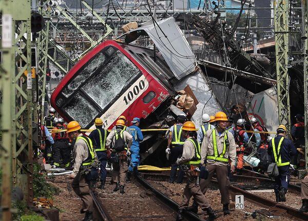 Спасатели на месте крушения поезда в Йокогаме, Япония