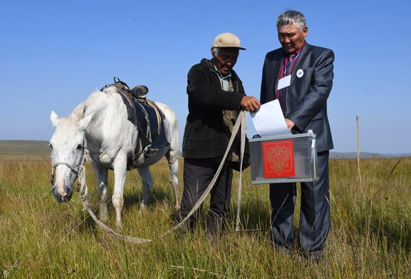 Местный житель голосует на досрочных выборах в Забайкальском крае