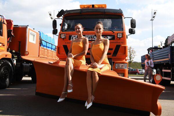 Промомодели у спецтехники KAMAZ на международной выставке коммерческого автотранспорта Comtrans 2019 в Москве