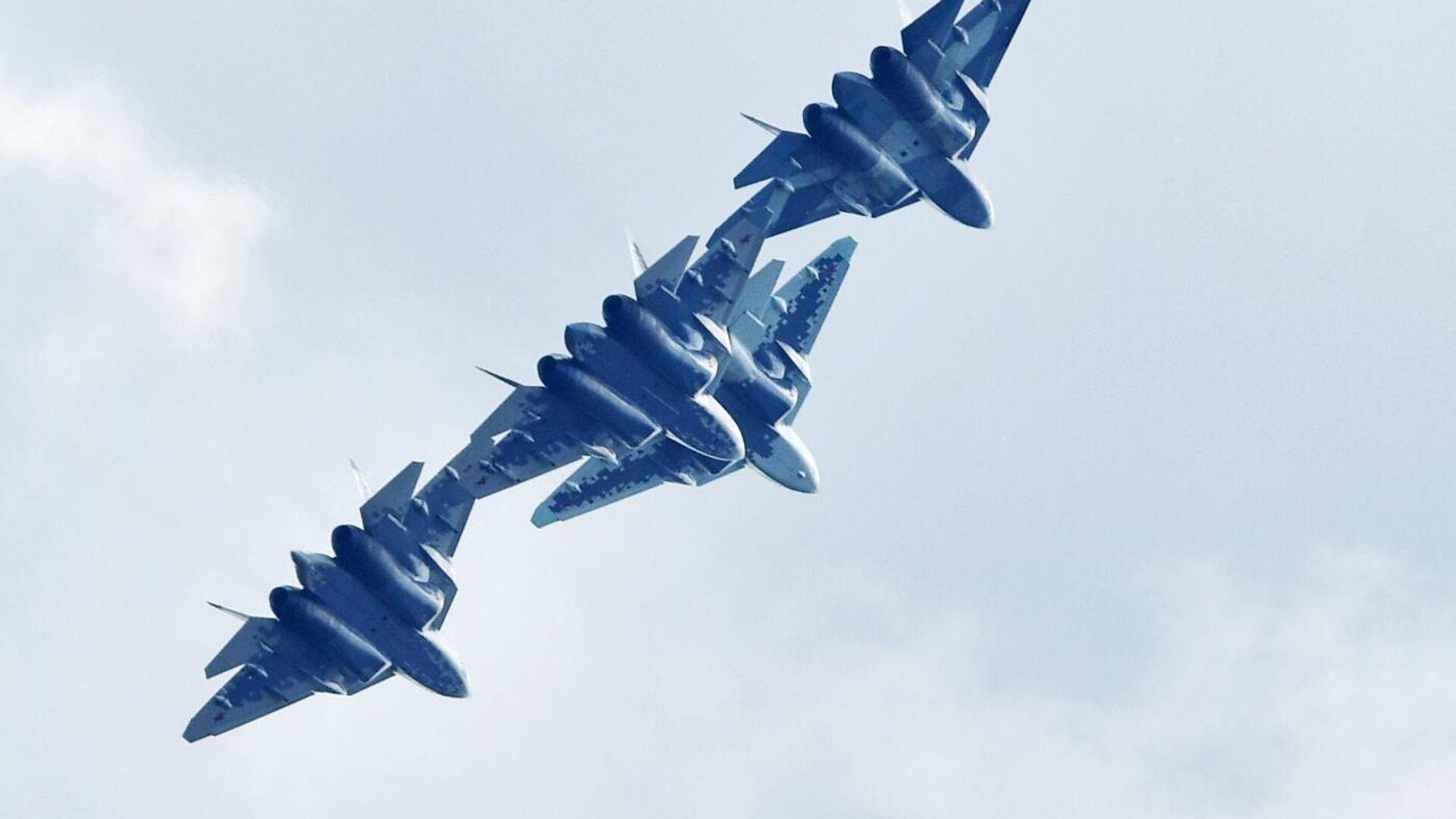 Российские многофункциональные истребители пятого поколения Су-57 выполняют демонстрационный полет на Международном авиационно-космическом салоне МАКС-2019 в подмосковном Жуковском - РИА Новости, 1920, 21.01.2021