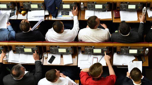Депутаты на первом заседании девятого созыва Верховной рады Украины в Киеве